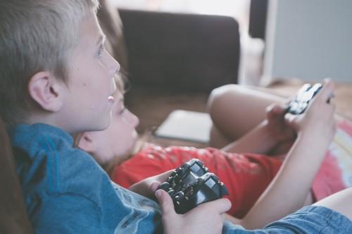 Chlapec a dívka hrají videohru
